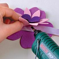 Клеим цветы к ленточке