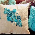 Подушка украшенная цветами 1