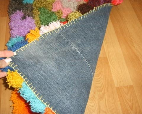 Изнаночная сторона коврика из помпонов