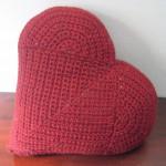 Вязаная подушка - сердце