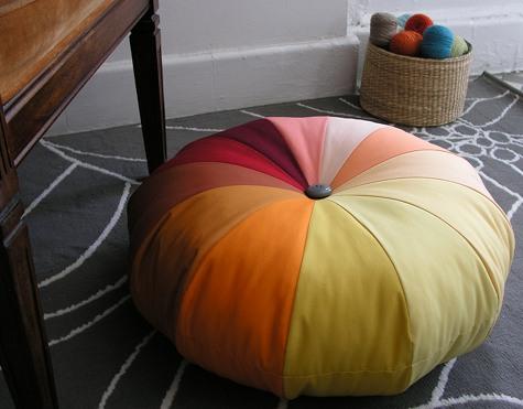 Яркая напольная подушка