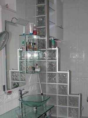 Мебель и зеркала в ванной комнате