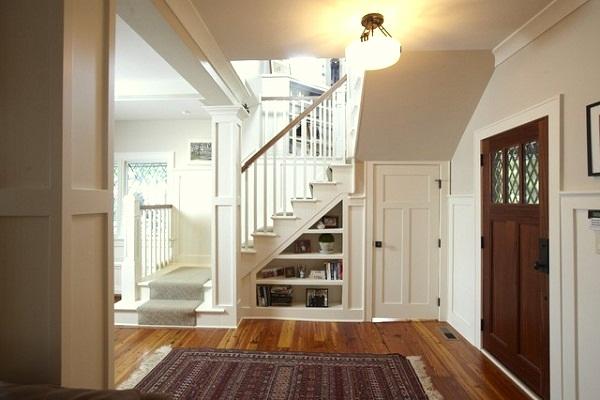 Под лестницей можно сделать гардероб