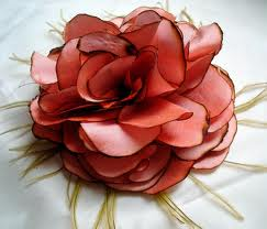 Роза из синтетических тканей