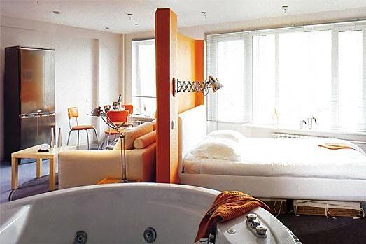Разделите спальную и гостевую зону перегородкой