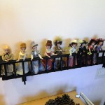 Коллекция кукол на балконе
