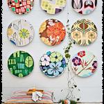 Коллекция декоративных тарелок на балконе
