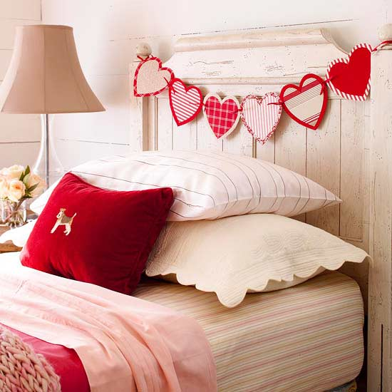 Гирлянда из сердечек над кроватью