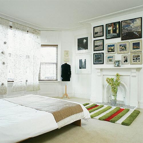 Цветной ковёр в белой комнате